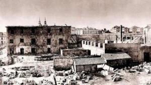 Año 1869, ruinas de Monteleón, a la derecha podemos contemplar la chimenea de la fundición